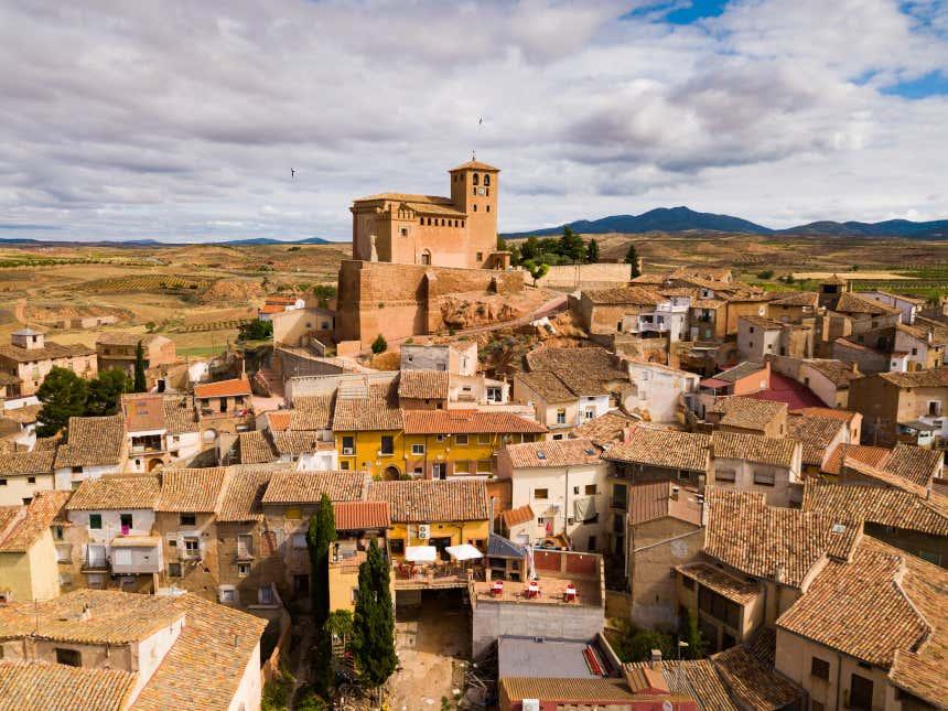Vista de la iglesia y el pueblo de Cervera, en Lérida.