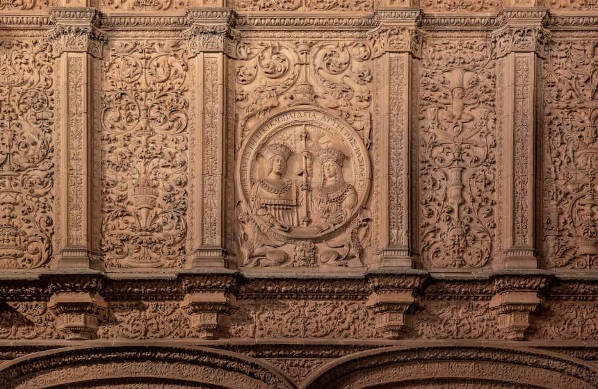 Relevos com a imagem dos Reis Católicos no exterior da Universidade de Salamanca