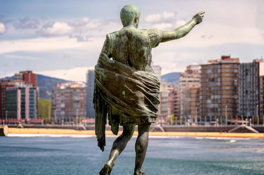 Estatua del emperador Augusto en el puerto de Gijón.