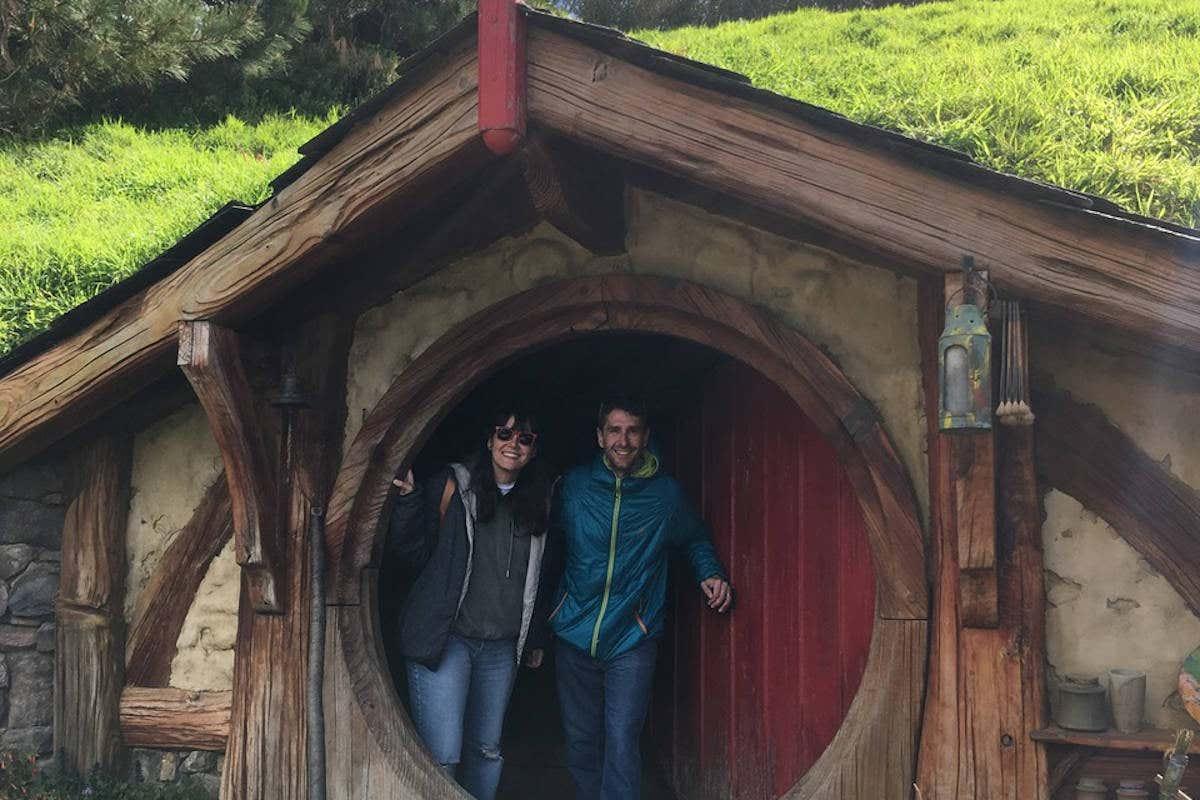Posando en una casa típica de Hobbiton