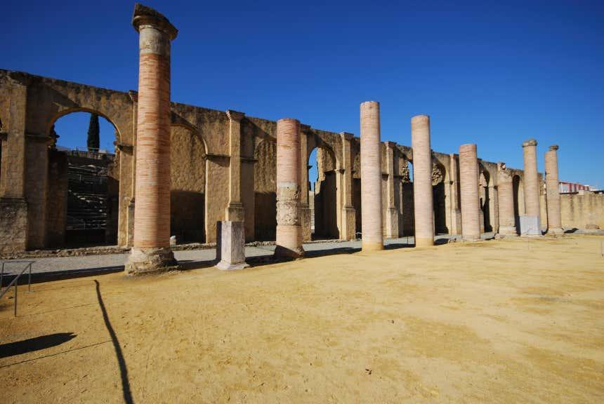 Columnas de un edificio romano en Itálica, Sevilla.