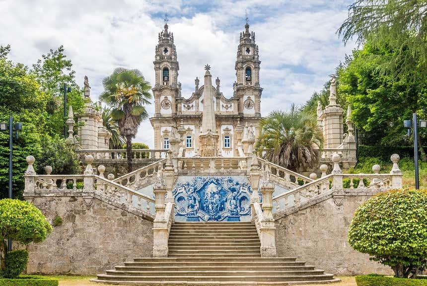 Escadaria de azulejos do Santuário de Nossa Senhora dos Remédios em Lamego