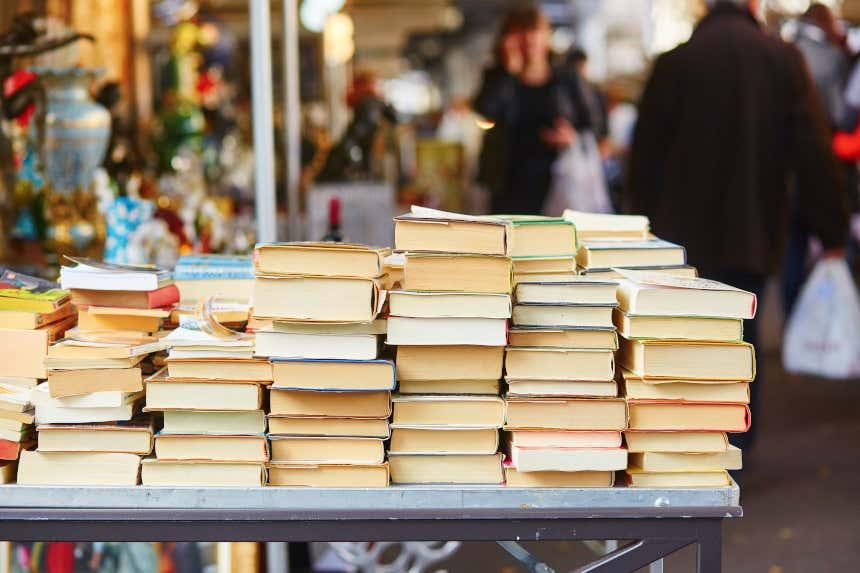 Libros de segunda mano en un mercado.