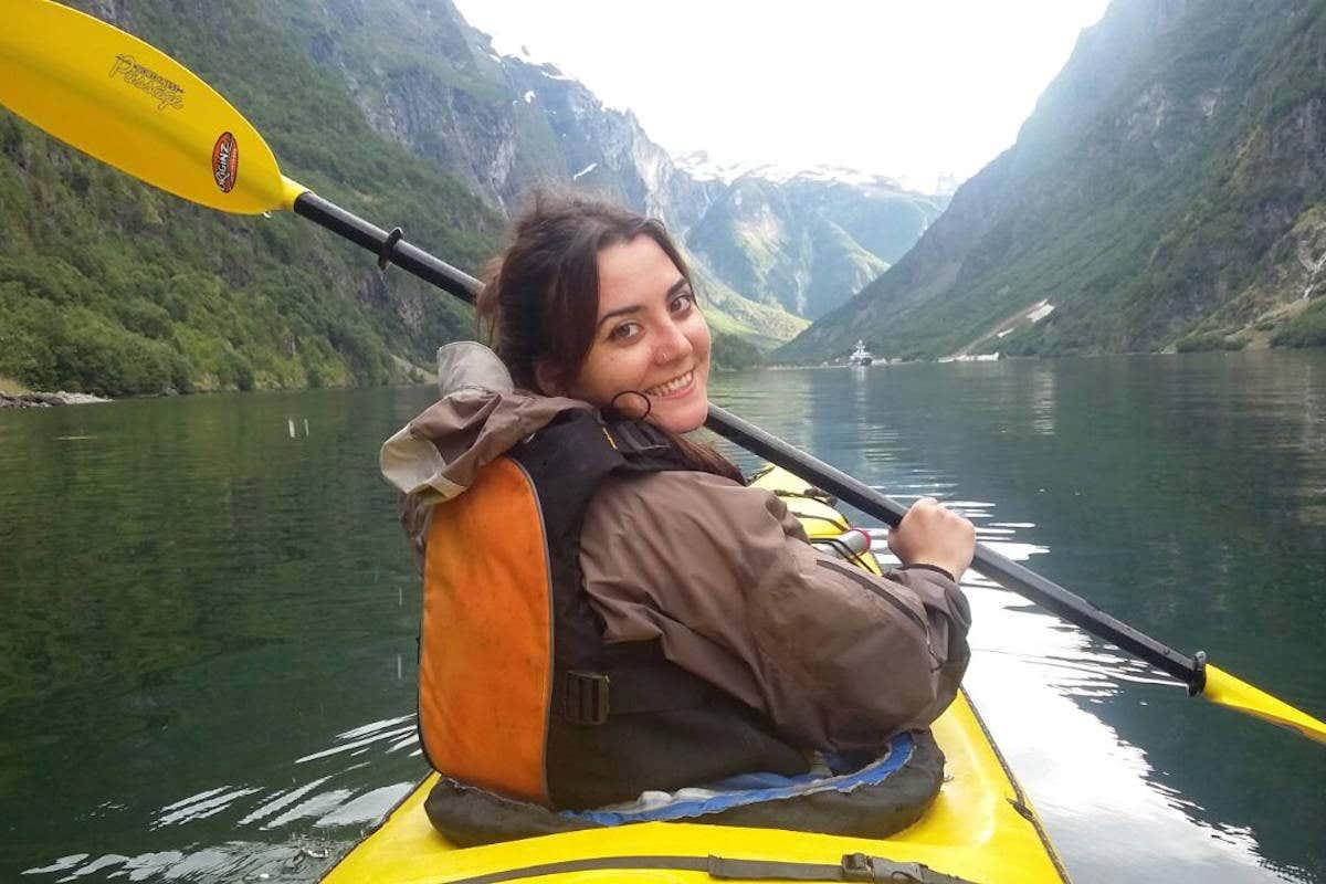 Verónica practicando kayak en uno de los fiordos de Noruega