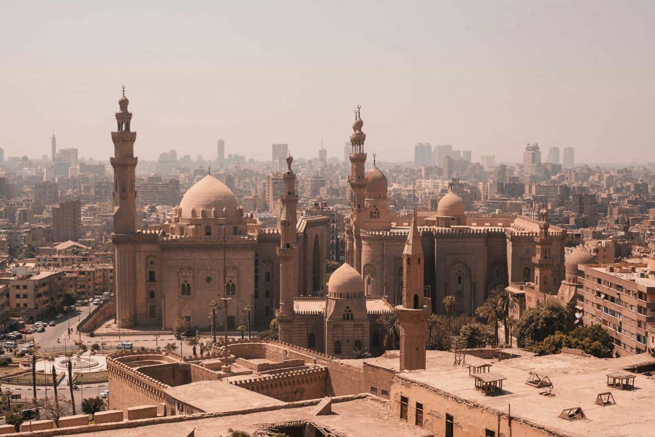 Imagen panorámica de la ciudad de El Cairo, con una mezquita y sus minaretes en primer plano