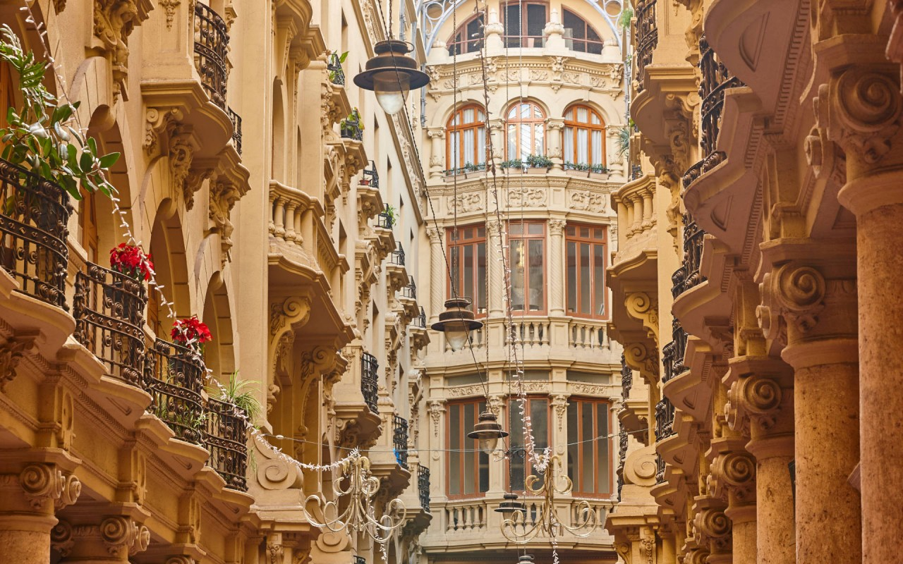 Vista de los detalles de las fachadas laterales del Pasaje de Lodares, en Albacete