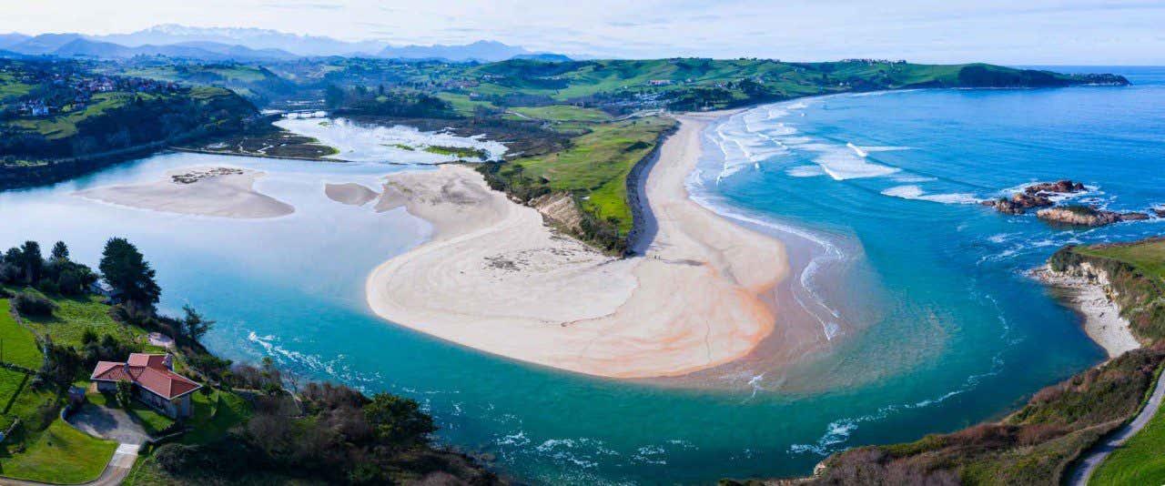 Vista aérea de la playa de Oyambre, en el Parque Natural de Oyambre