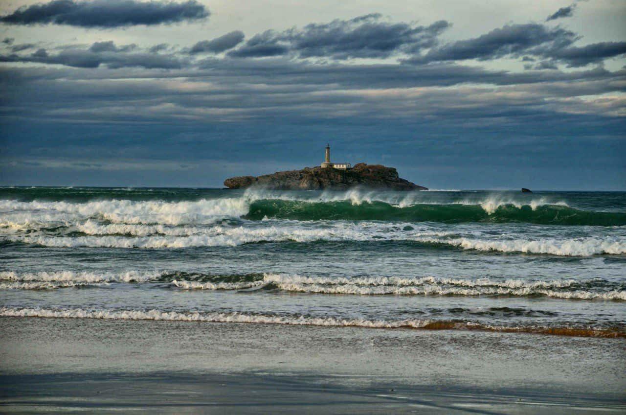 Fuerte oleaje en la playa de Somo, en Cantabria