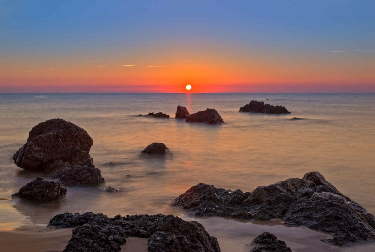 Amanecer en la playa de Trengandín, en Noja