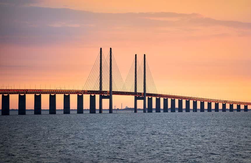 Vista al atardecer del puente de Øresund que une Dinamarca y Suecia.
