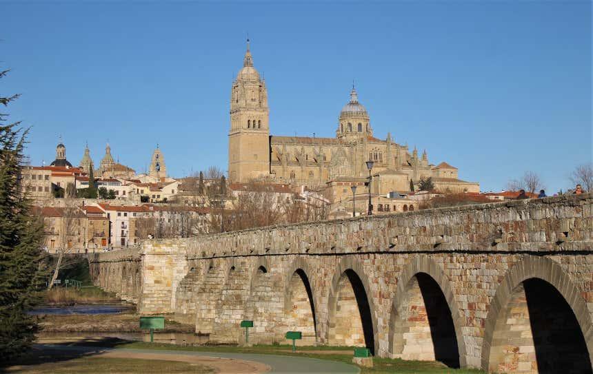 Puente romano y catedral de Salamanca al fondo.
