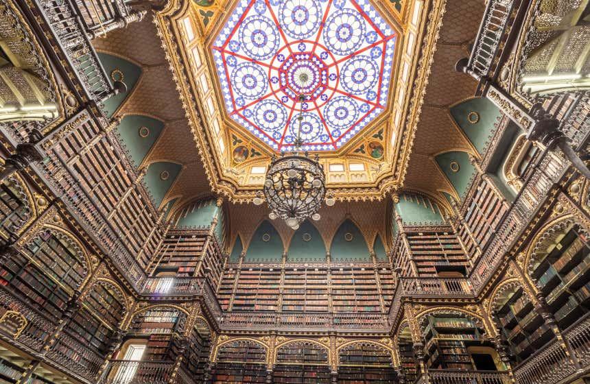 Regio Gabinetto di Lettura Portoghese, una delle biblioteche più belle che conserva una grande collezione di testi di letteratura portoghese.