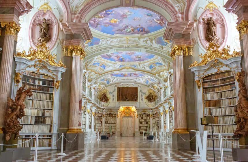 Biblioteca dell'abbazia di Admont, in Austria, una delle biblioteche più belle del mondo con una decorazione barocca straordinaria.