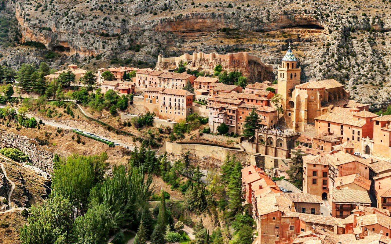 Vistas del pueblo Albarracín en Teruel, ubicado sobre una curva del río Guadalaviar.
