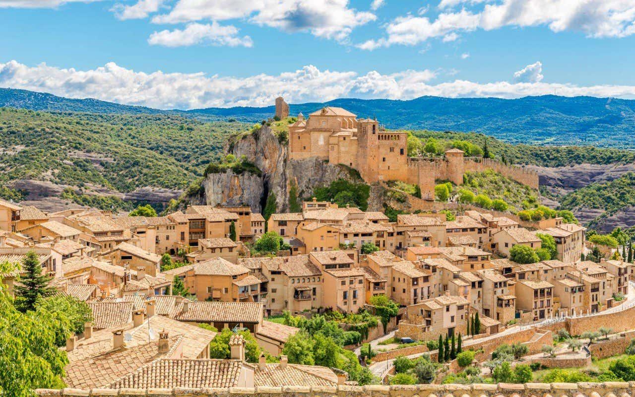 Vista panorámica del pueblo de Alquezar en Huesca con la montaña de fondo
