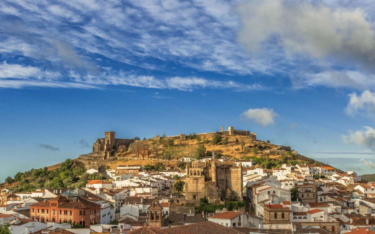 Vista panorámica del pueblo de Aracena en Huelva ubicado en un promontorio