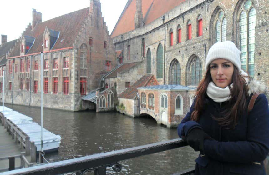 Marta conociendo Brujas, una ciudad medieval de Bruselas.