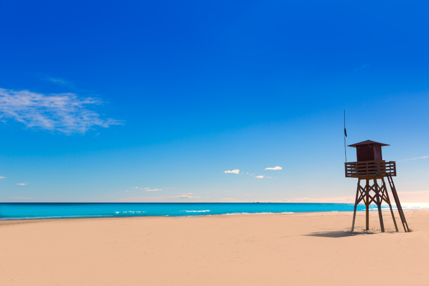 Caseta de vigilancia en la playa en Canet de Berenguer, Valencia.