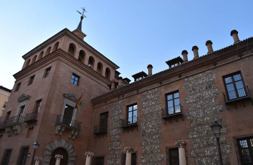 En la Casa de las Siete Chimeneas hay un secreto de Madrid que no conoces.