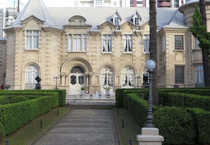 Fachada do Castelo de Batel, localizado em um bairro nobre de Curitiba