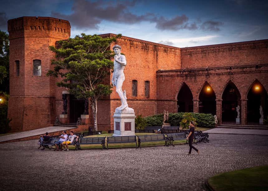 Instituto Ricardo Brennand inclui uma série de edifícios inspirados no estilo Tudor, incluindo um castelo