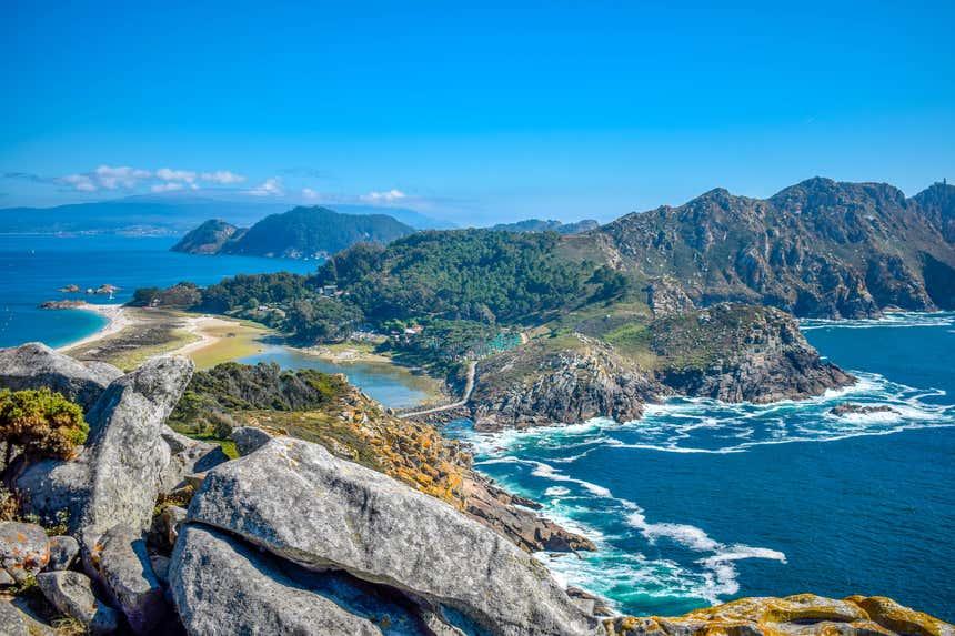 Paisagem das Ilhas Cíes em um dia de sol