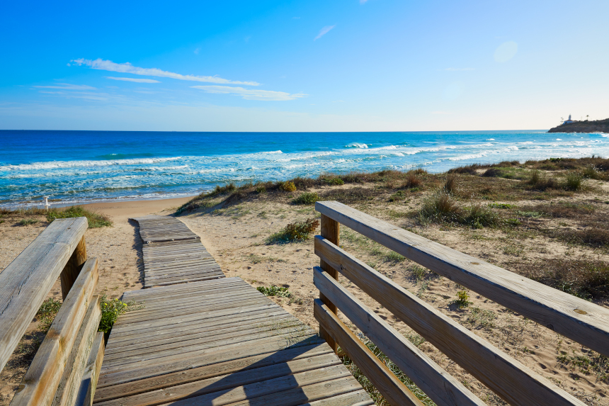 Pasarela de madera en la playa del Dosel, en Cullera
