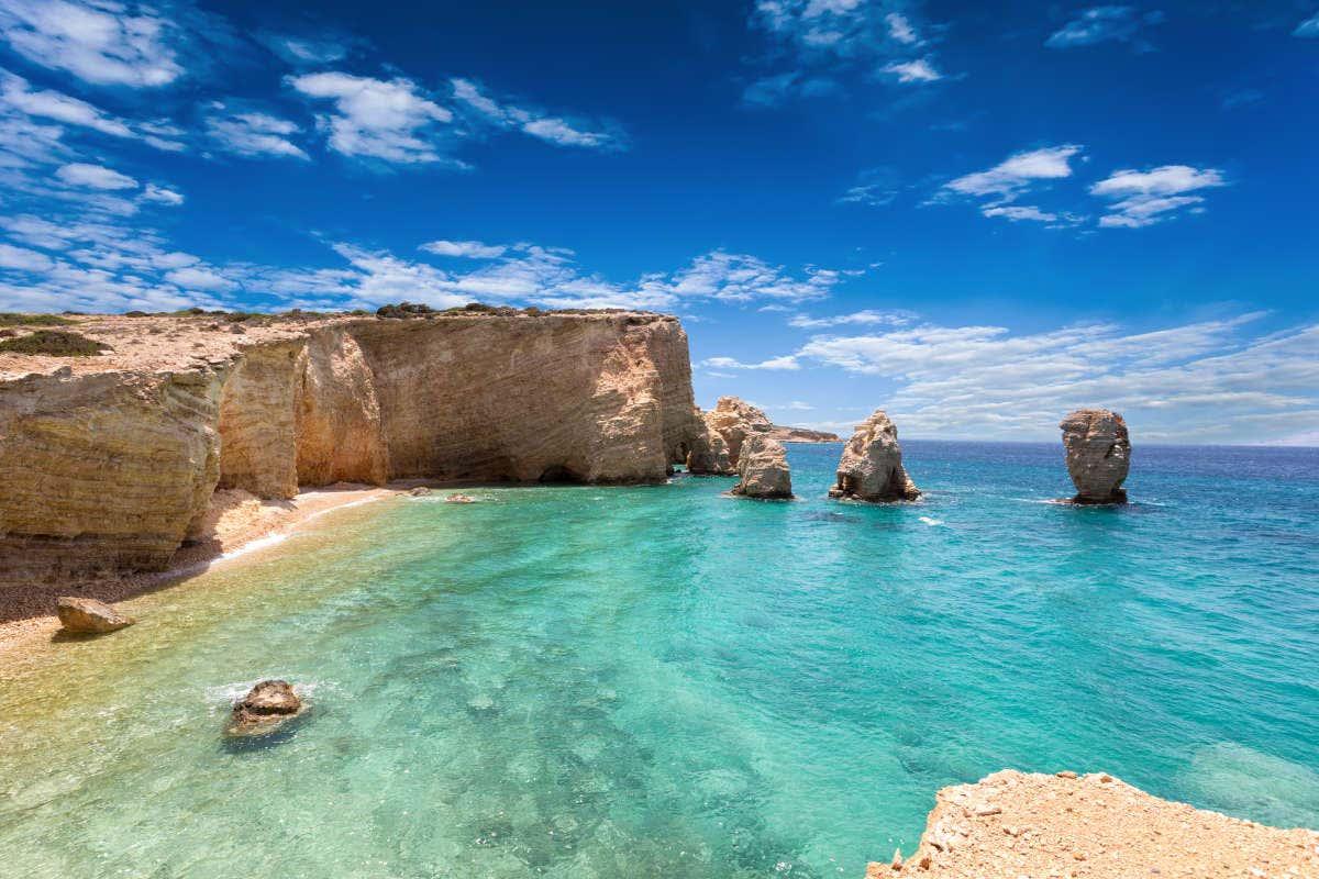 Praia com águas cristalinas e formações rochosas de Koufonisia