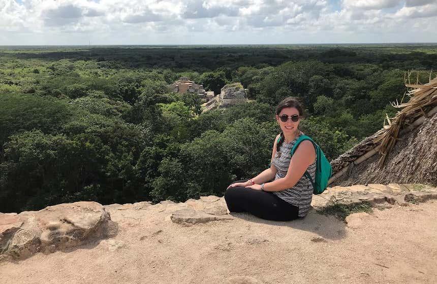 Marta conociendo un yacimiento prehispánico de México.