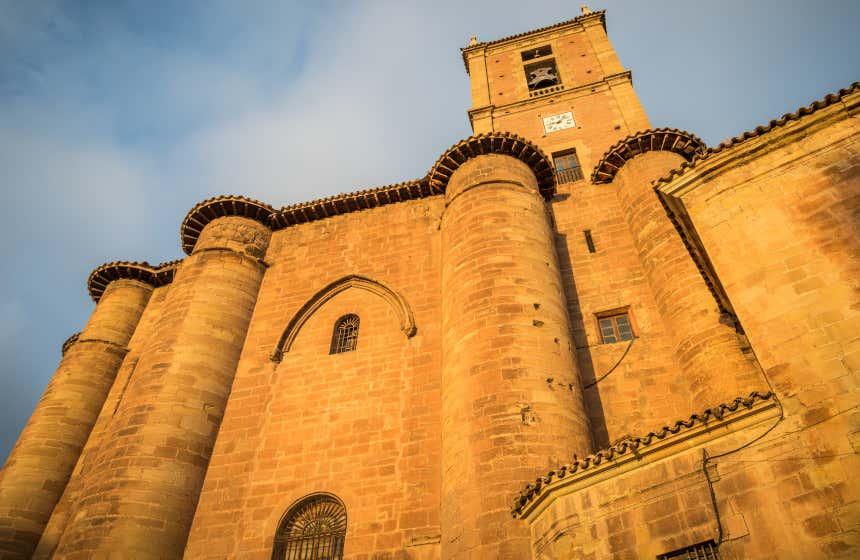 Vista de la fachada rupestre y la torre campanario del monasterio de Santa María la Real en Nájera.