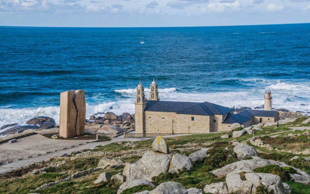 Vistas del Santuario Virgen de la Barca en Muxía, Galicia, con el mar de fondo