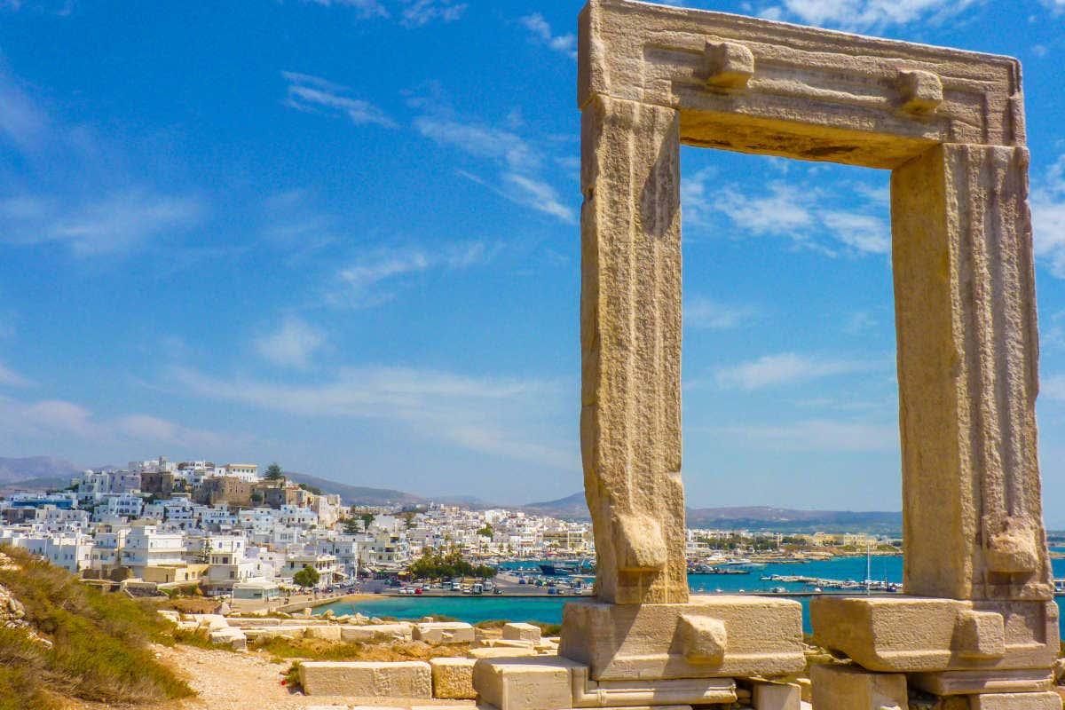 Restos arqueológicos de Portara e a cidade de Naxos ao fundo