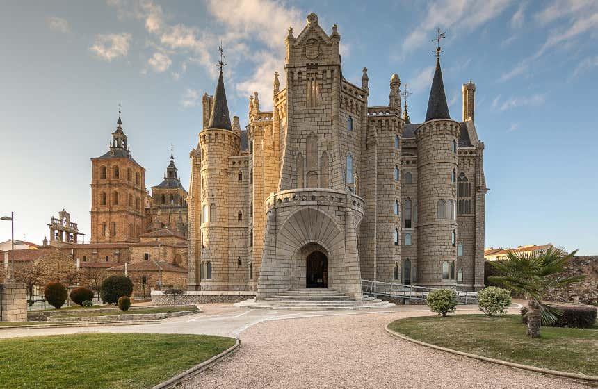 Fachada frontal del Palacio Episcopal de Astorga, obra del célebre Antoni Gaudí.