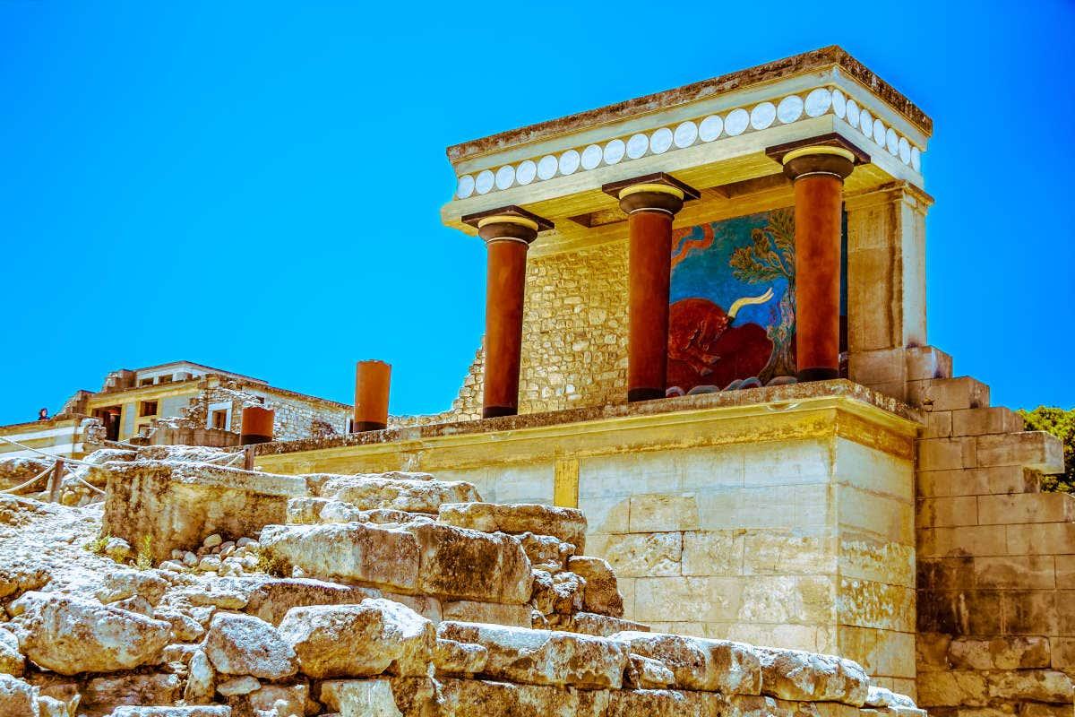 Vista dos restos do Palácio de Knossos com suas colunas avermelhadas