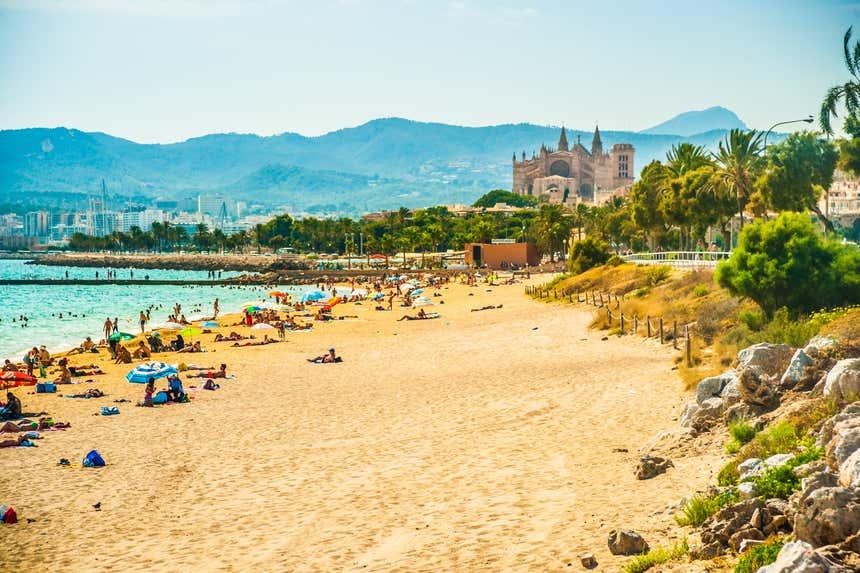 Praia de Palma de Mallorca com catedral ao fundo