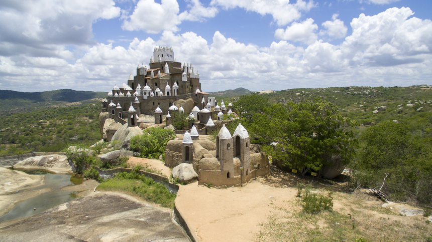 Exótico Castelo Zé dos Montes, fruto do trabalho de Zé dos Montes, que diz ter tido visões na infância que diziam para que ele construísse igrejas