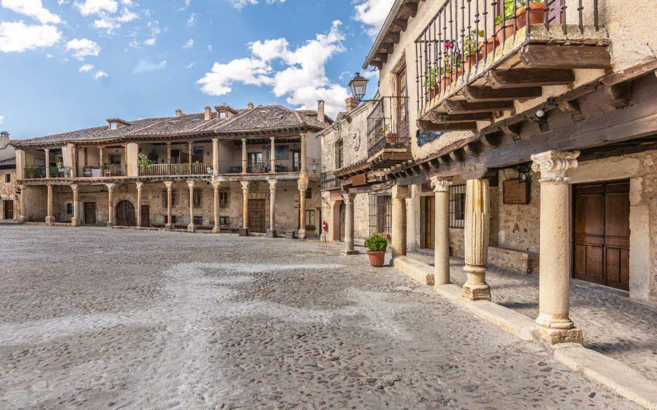 Plaza principal del pueblo de Pedraza en Segovia, con los soportales y la arquitectura típica de la zona