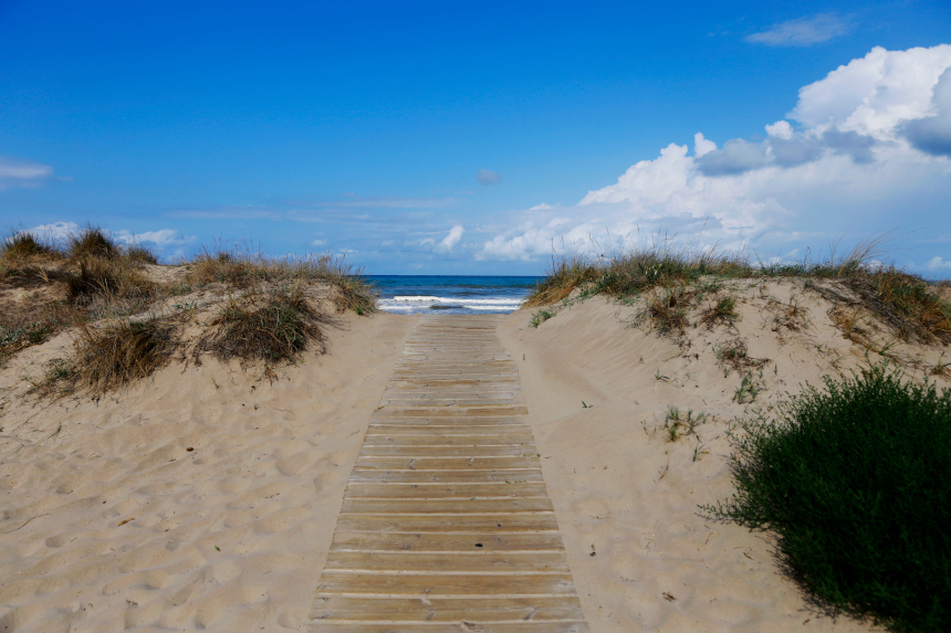 Pasarela en la playa de Terranova, en Oliva, Valencia.