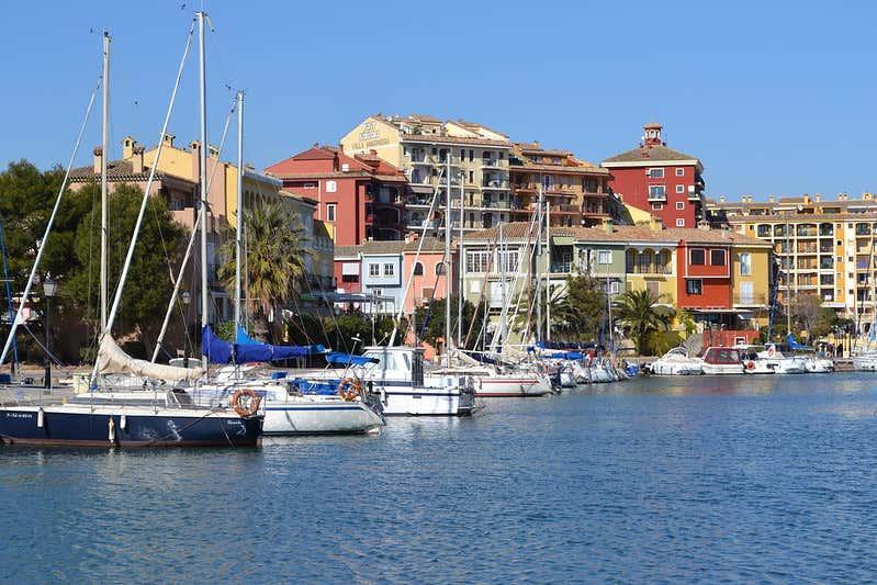 Barcos en el puerto deportivo de Port Saplaya, en Valencia