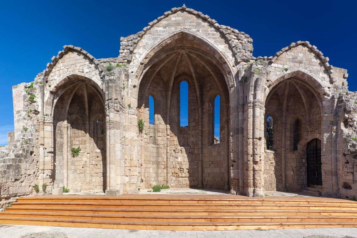 Restos de uma antiga igreja medieval em Rodas