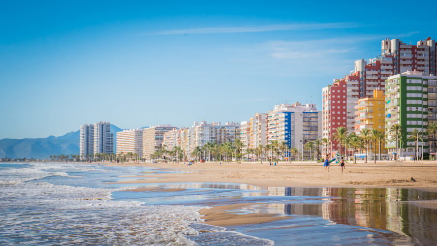 Edificios y playa de Sant'Antoni en Cullera, Valencia.