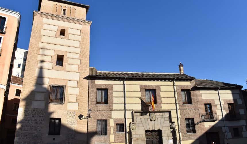 Torre de los Lujanes, en la plaza de la Villa