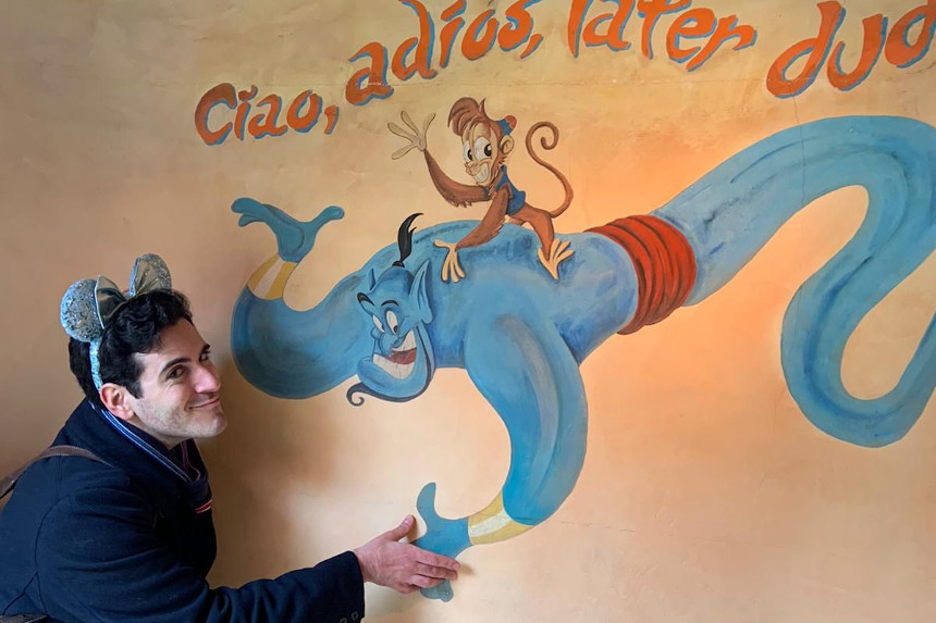 Víctor Mazarío frente a un mural en Disneyland.