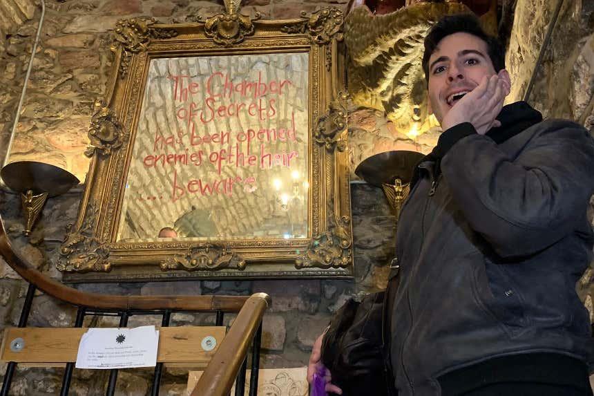 Víctor Mazarío sorprendido visitando los escenarios de Harry Potter.