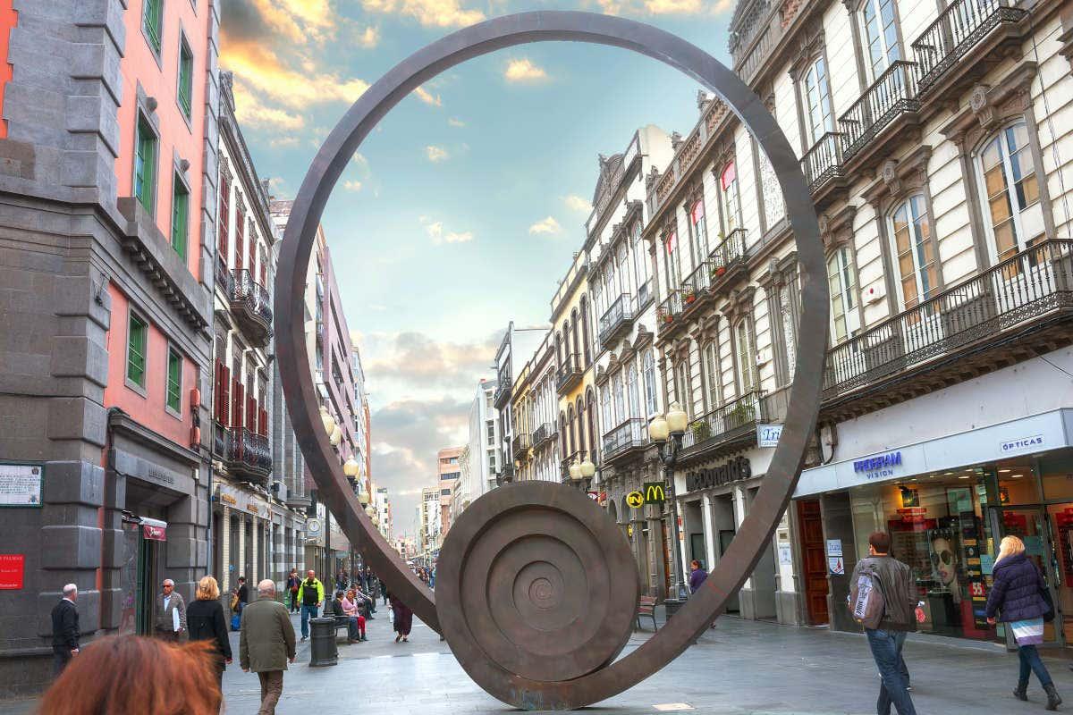 Escultura en la calle principal de Triana