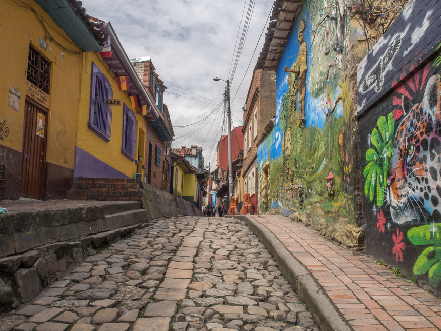 Ruas de Bogotá cobertas de arte urbana