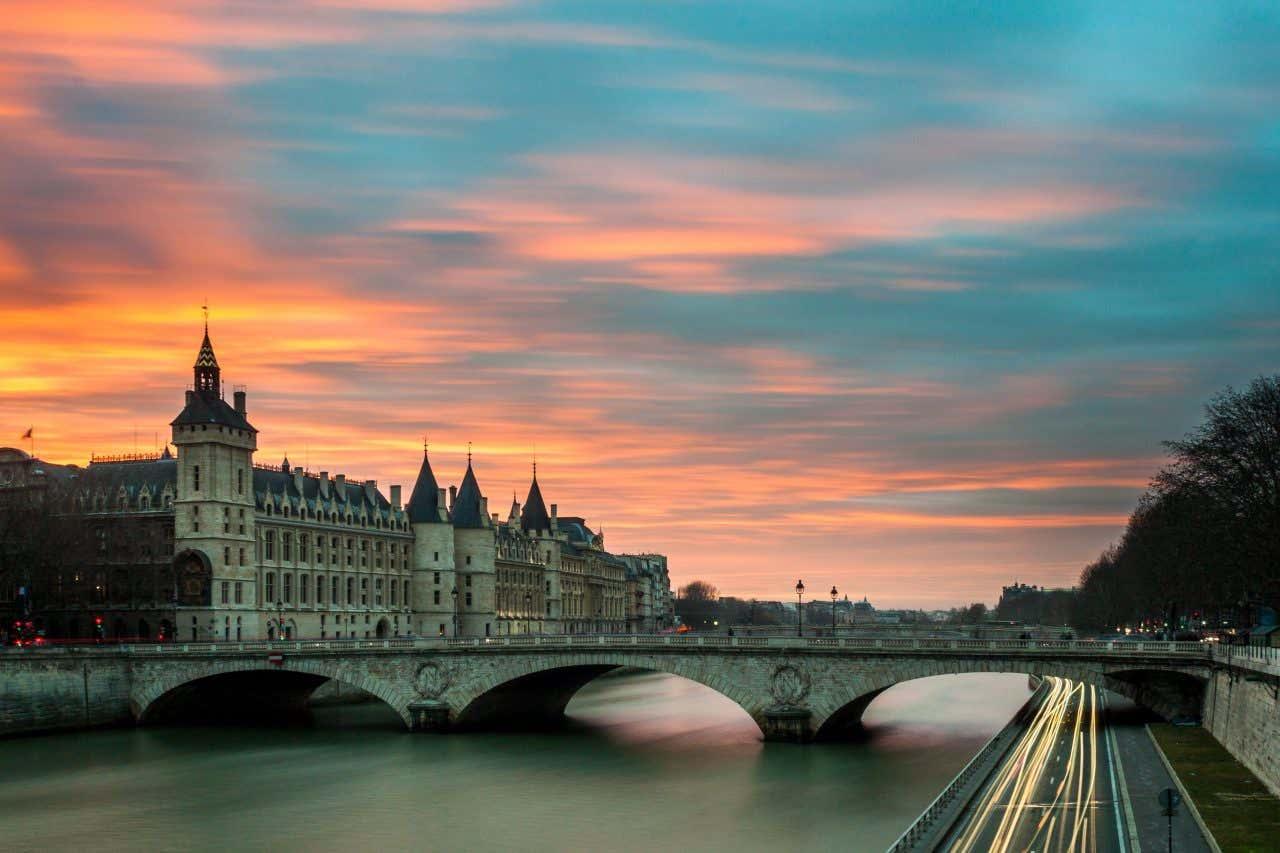 Traversez le fleuve incontournable de Paris, la Seine.