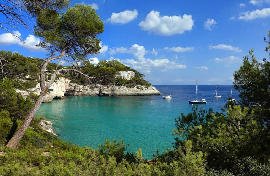 Una de las mejores playas de Islas Baleares es Cala Mitjana.