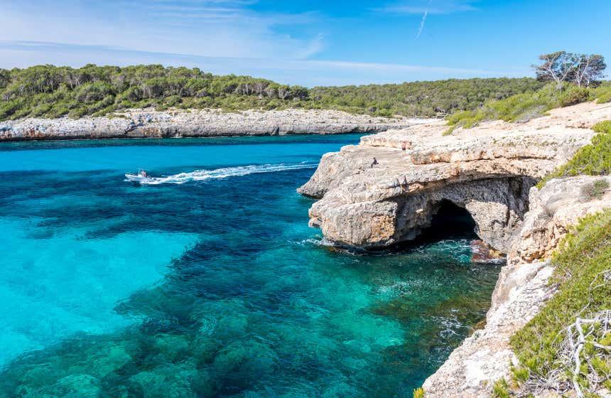 Una cueva en los acantilados de la Cala Mondragó, considerada una de las mejores playas de las Islas Baleares.