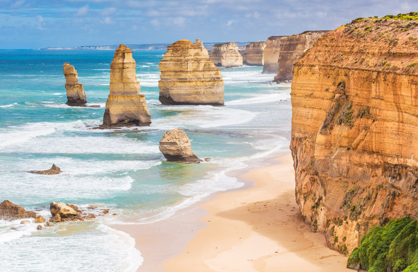 Doce Apóstoles, curiosas formaciones rocosas junto a la playa de arena blanca del Parque Nacional de Port Campbell.